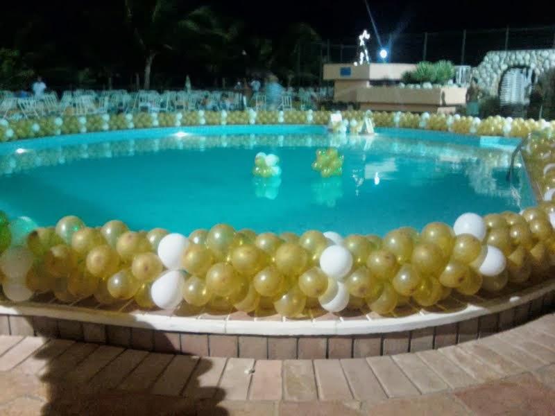 balões contornando piscina