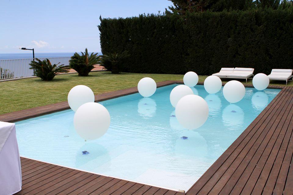 bolas decorativas na piscina
