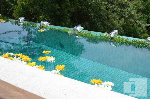 piscina decorada com flores