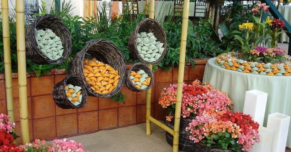 decoração com flores no cesto