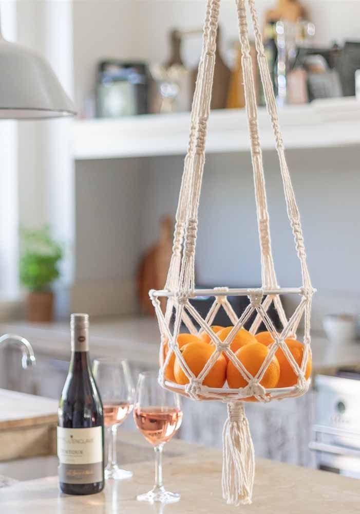 fruteira suspensa em cima da mesa