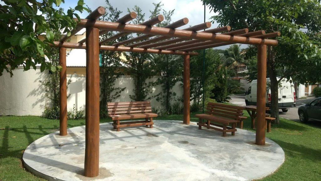 pergolado de madeira com bancos