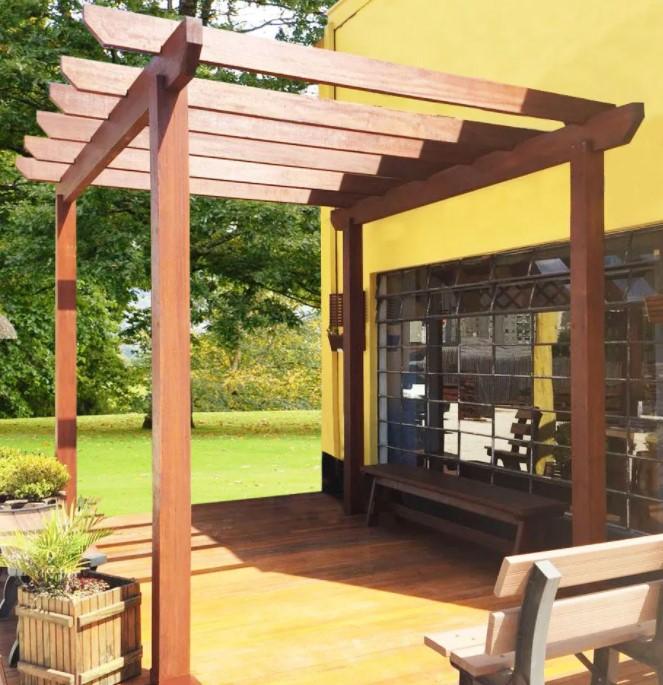varanda coberta com pergolado de madeira