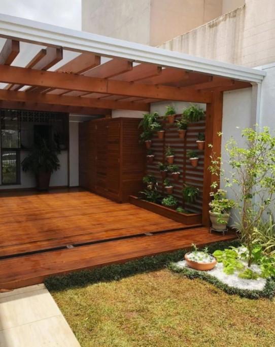 pergolado de madeira com jardim