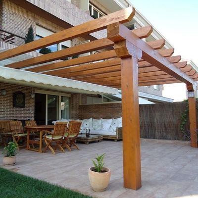 varanda com pergolado de madeira