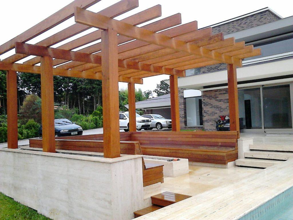 banco de madeira com pergolado de madeira