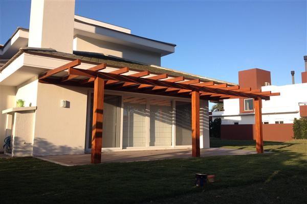 varanda decorada com pergolado de madeira
