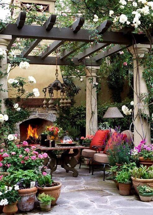 jardim externo com pergolado