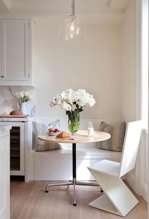 cadeira moderna e mesa redonda
