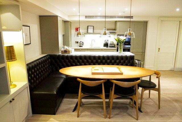 mesa oval e assento de couro