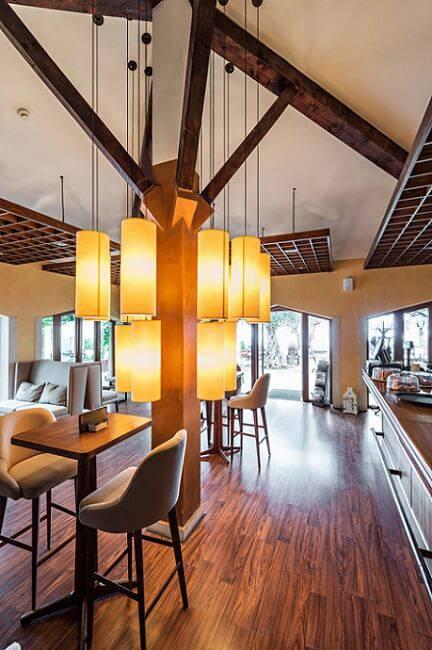 ambints comerciais e piso de madeira
