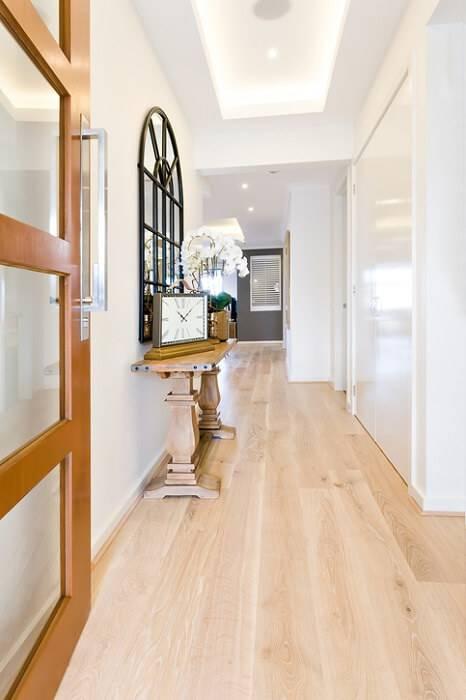 piso claro no corredor