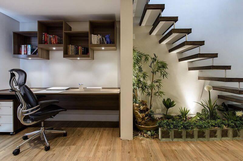 home office abaixo da escada