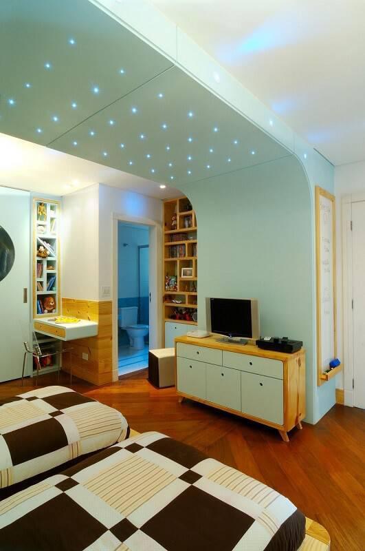 quarto jovem com piso de madeira