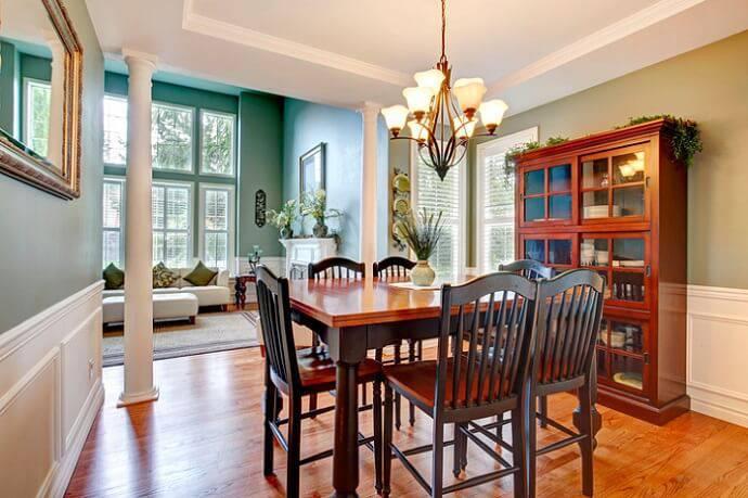 sala de jantar com elementos de madeira