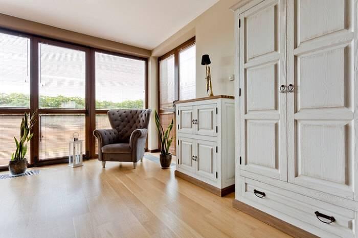 quarto com carpete de madeira