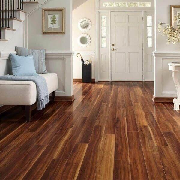 hall de entrada com piso de madeira