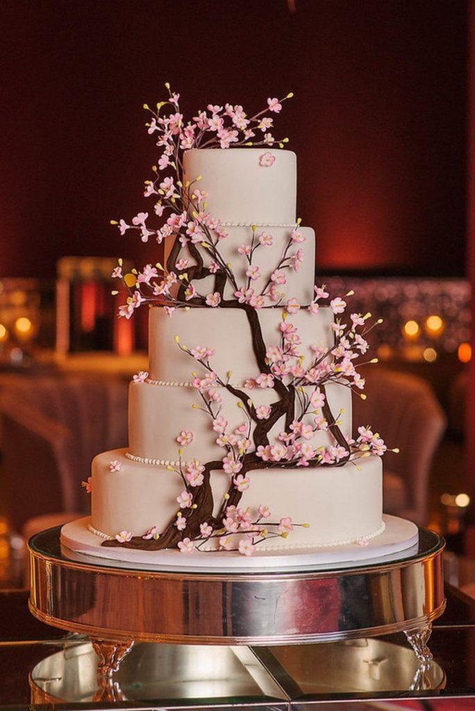 bolo decorado com flor de cerejeira