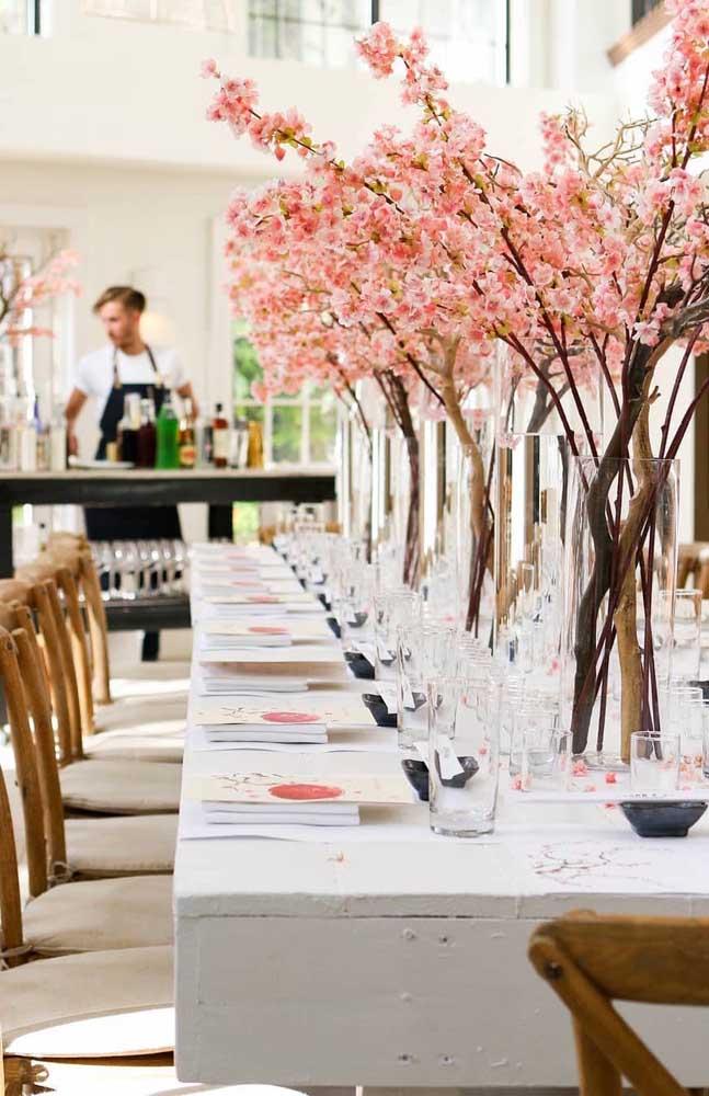 mesa decorada com vasos
