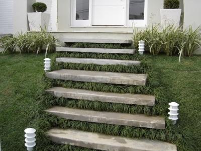 escada com grama