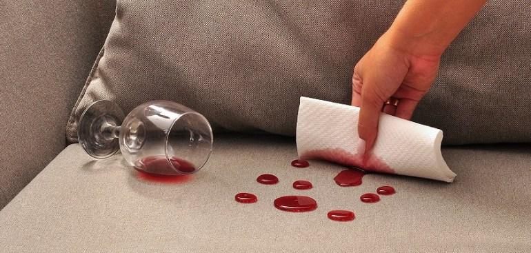 sofá com vinho derramado