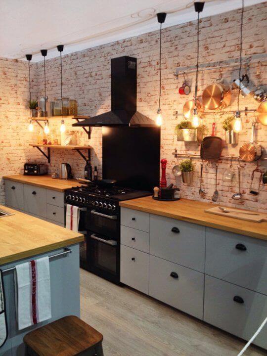 cozinha com parede descascada