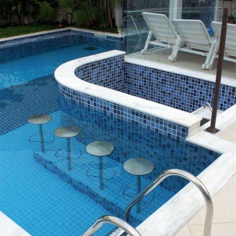 bar dentro da piscina