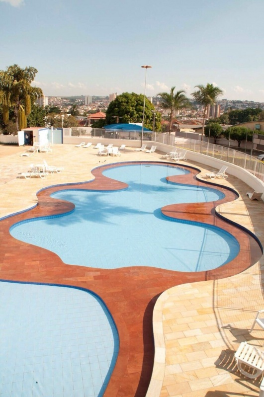 piscina com dois adesivos