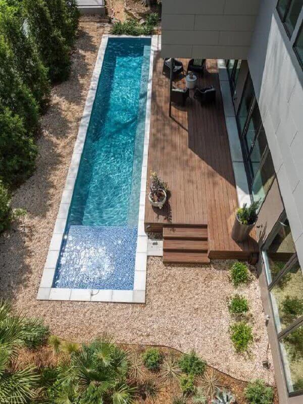 piscina linear nos fundos