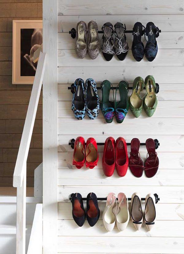 sapatos pendurados na parede