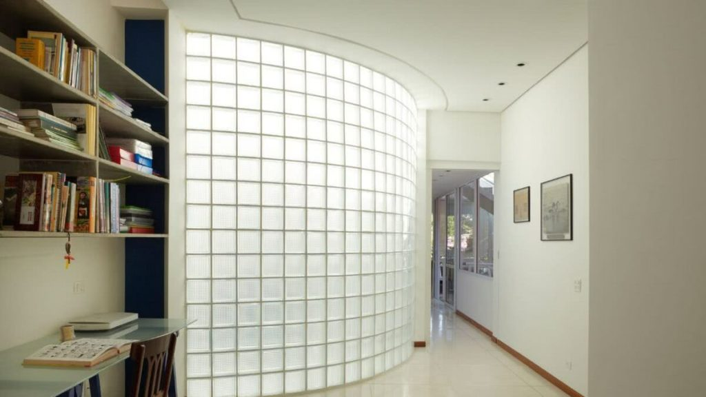 corredor com iluminação natural