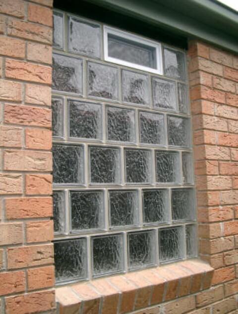 fachada com janela de tijolo de vidro