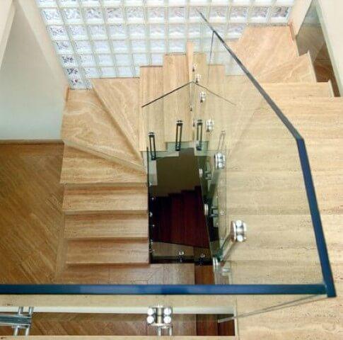 escada com tijolo de vidro