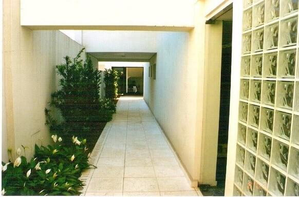 corredor com tijolo de vidro