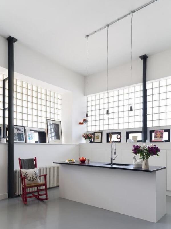 cozinha com janela de tijolo