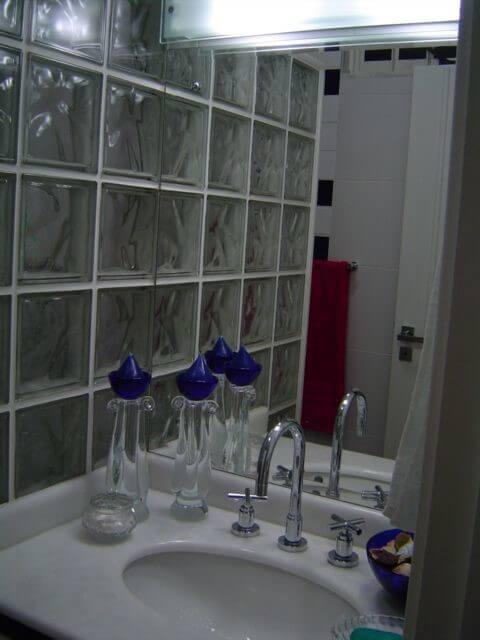 banheiro com tijolo de vidro