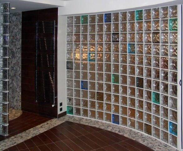 parede vidro com tijolo colorido