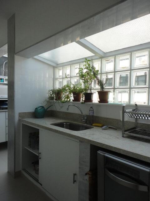 cozinha com iluminação na parede e teto