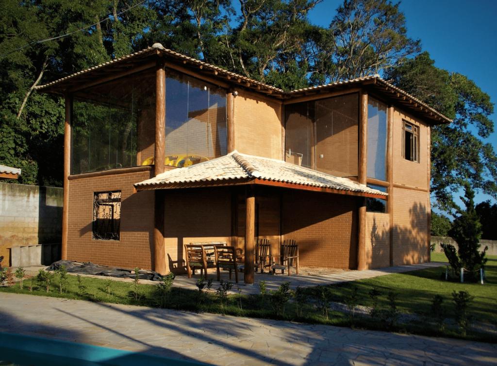 fachada em vidro, madeira e tijolo