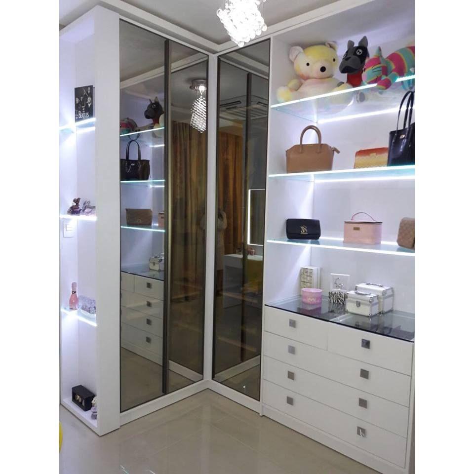 closet pequeno iluminado