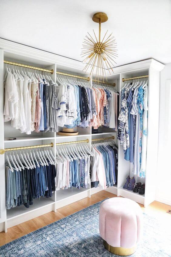 organização nos cabides de closet pequeno