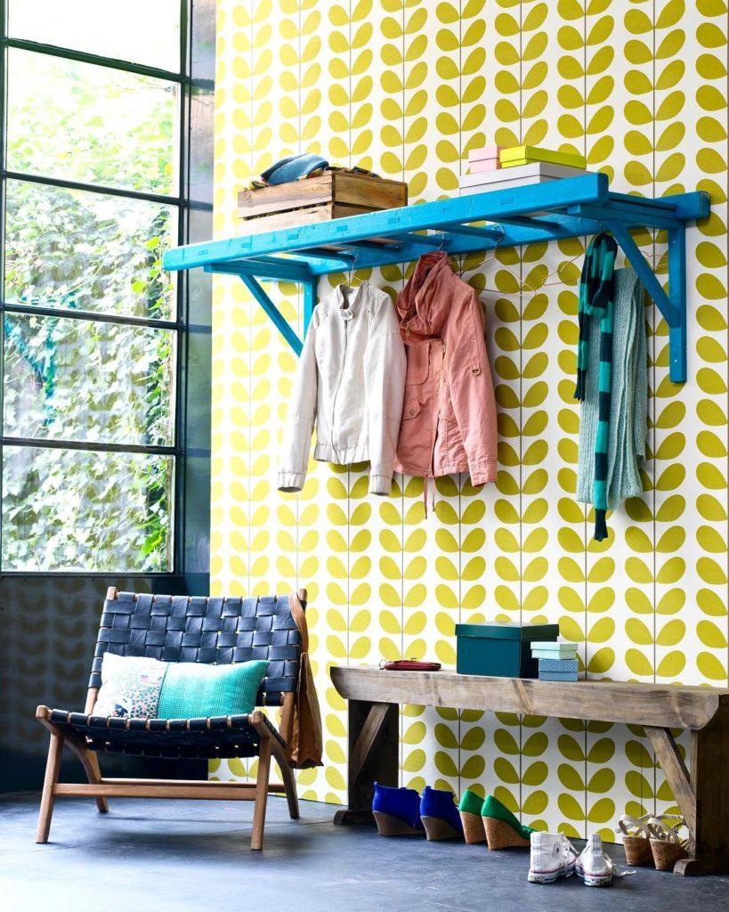 ambiente colorido para roupas no closet pequeno