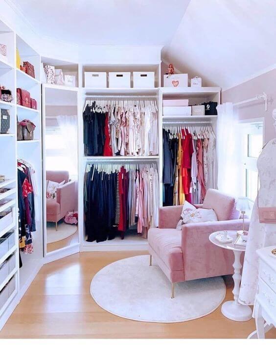 poltrona para relaxar no closet pequeno