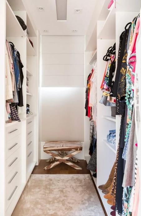 espaço estreito para roupas