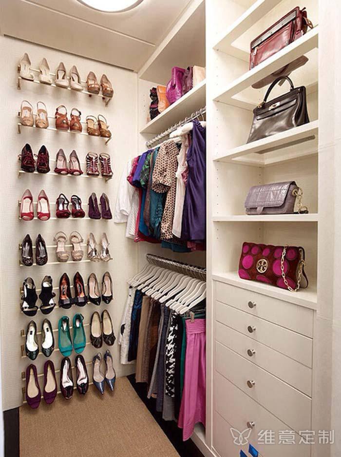 sapatos organizados no closet pequeno