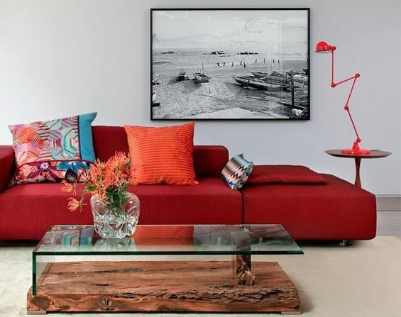 sofá vermelho escuro
