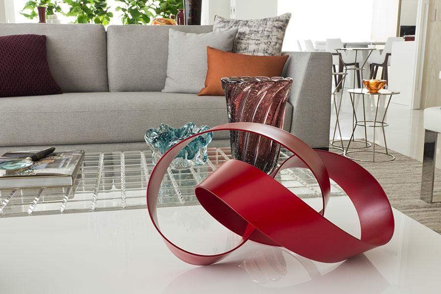 escultura vermelha na mesa