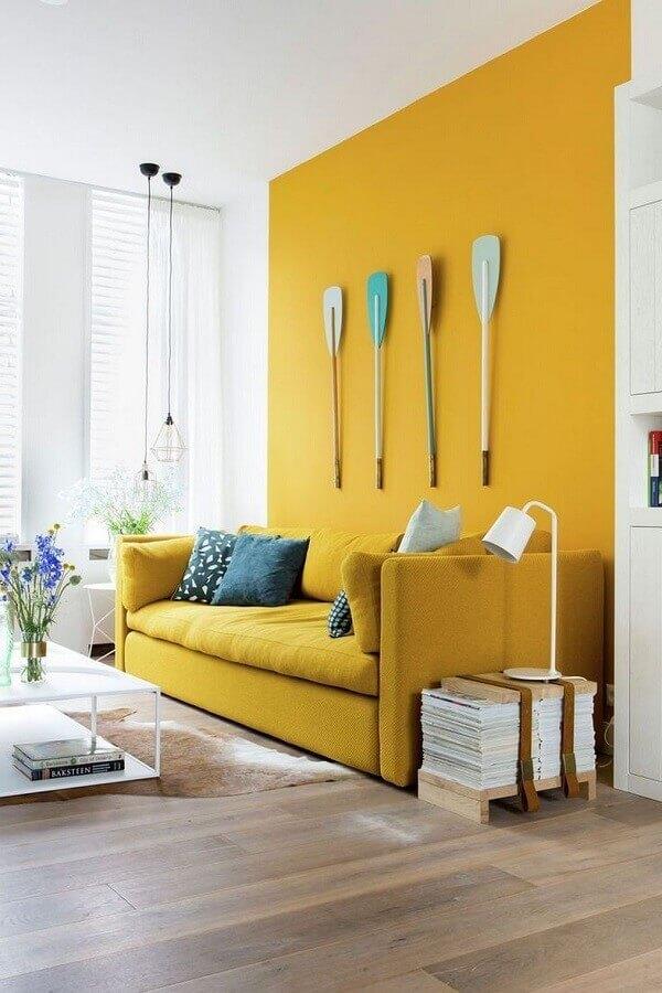 parede e sofa amarelo