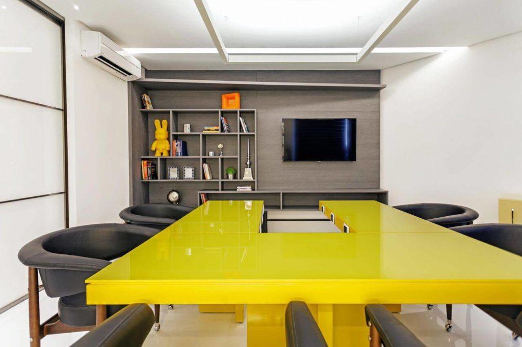 mesa de reunião amarela
