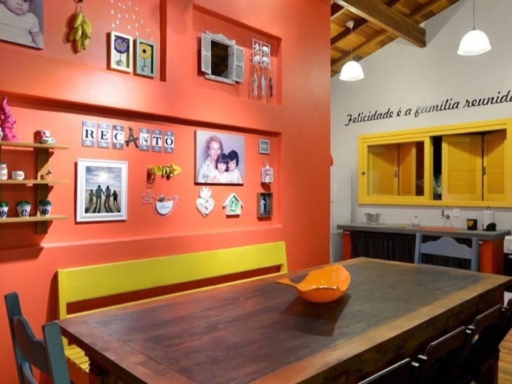 parede laranja e detalhes amarelos